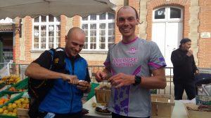 Bastien et Franck profitent d'une dégustation d'huîtres